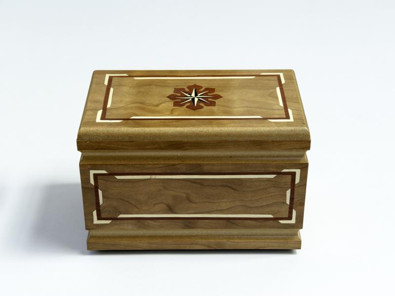 Wooden urn with flower - Lux